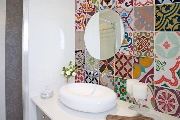 decoracao-de-banheiro-azulejo-pt-colorido