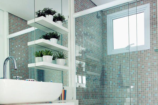 decoracao-de-banheiro-prateleira-no-espelho
